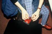 Activités de la vie journalière : laçage de chaussures.